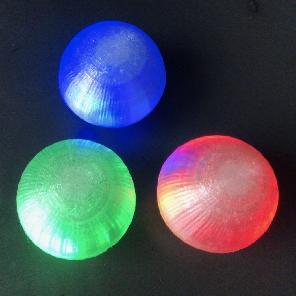 3 jongleerballen die licht geven, 1 rood, 1 groen, 1 blauw.
